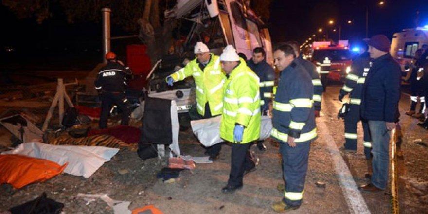 Gezi dönüşü facia! Tır otobüsü kaza yaptı