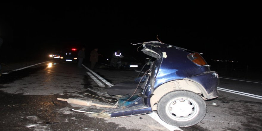 Kocaeli'de feci kaza: Otomobil ikiye bölündü!
