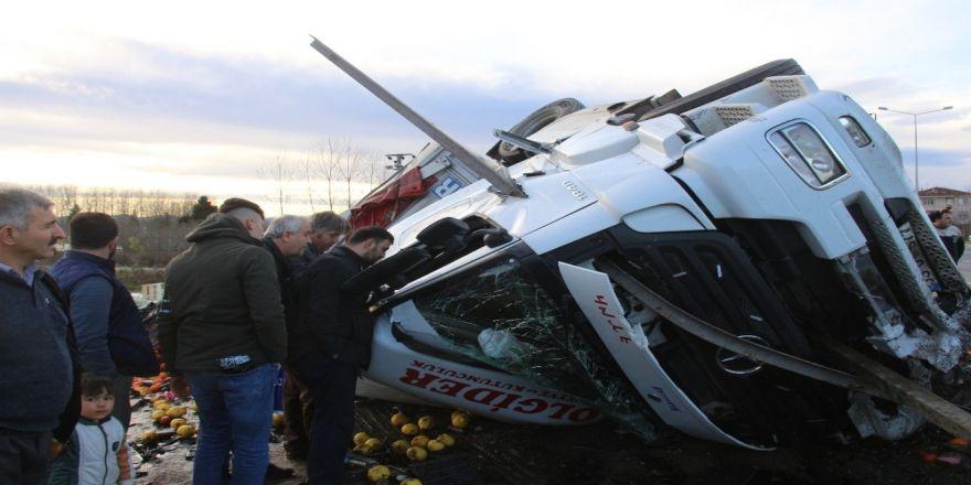 Bariyer tırı delip geçti, şoför santimlerle kurtuldu