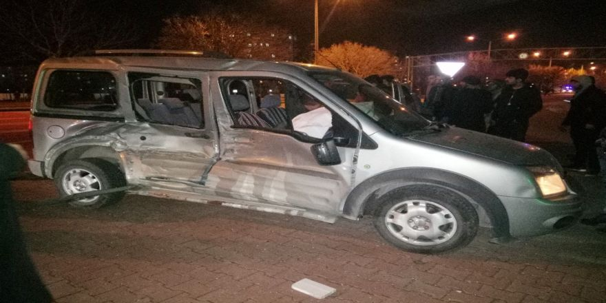 Tramvayla hafif ticari araç çarpıştı: 3 yaralı
