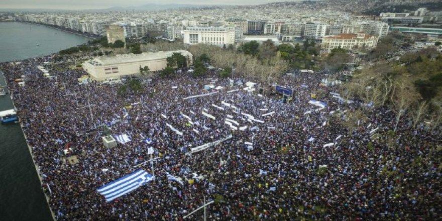 İsim Krizi ! 90 Bin Kişi Sokağa İndi