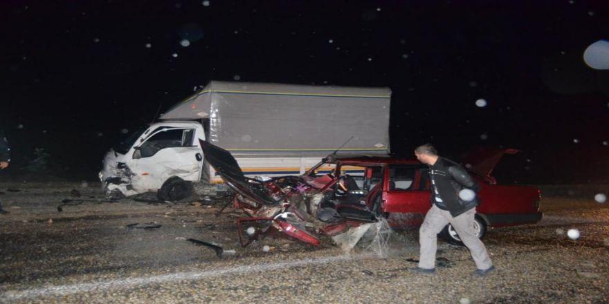 Kamyonet ile otomobil kafa kafaya çarpıştı: 6 yaralı