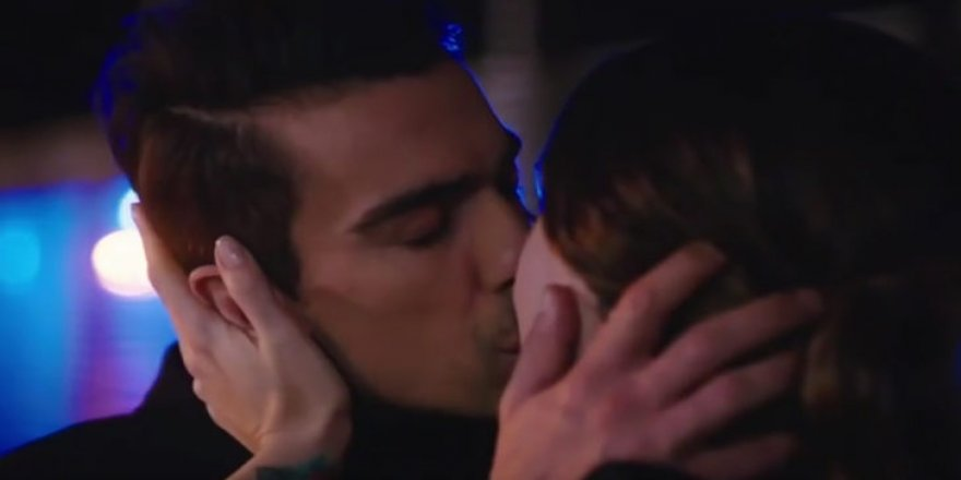 Siyah Beyaz Aşk'a damga vuran  öpüşme sahnesi