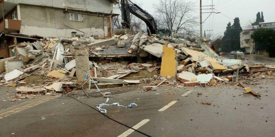 Sakıncalı olduğu tespit edilen 3 katlı bina yıkıldı