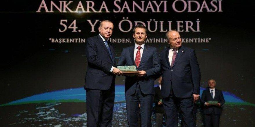 Ödülünü Erdoğan'ın elinden aldı
