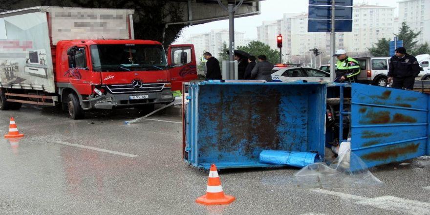 Nakliyat kamyonu ve patpat kazasında anne ve oğlu yaralandı