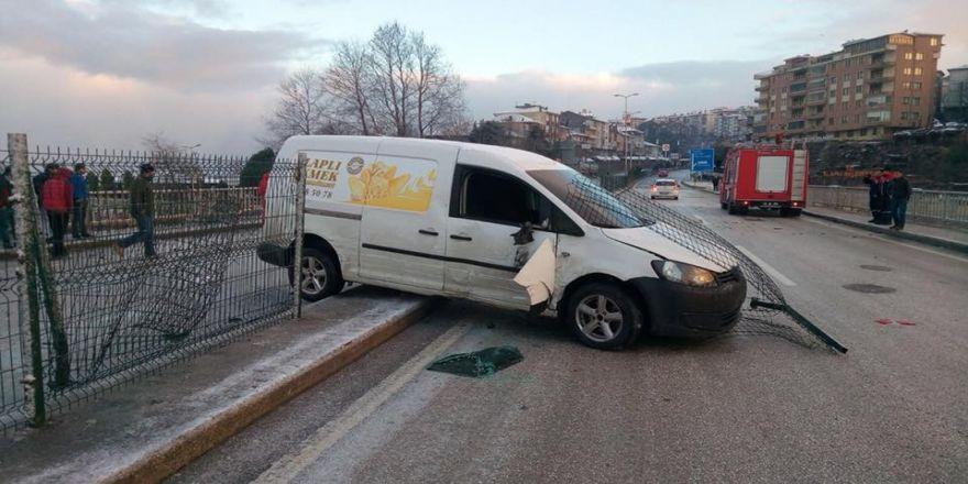 Buzlanan yolda feci kaza!