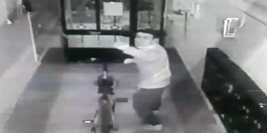 Bisikleti çaldı, kameraya el hareketleriyle mesaj bıraktı
