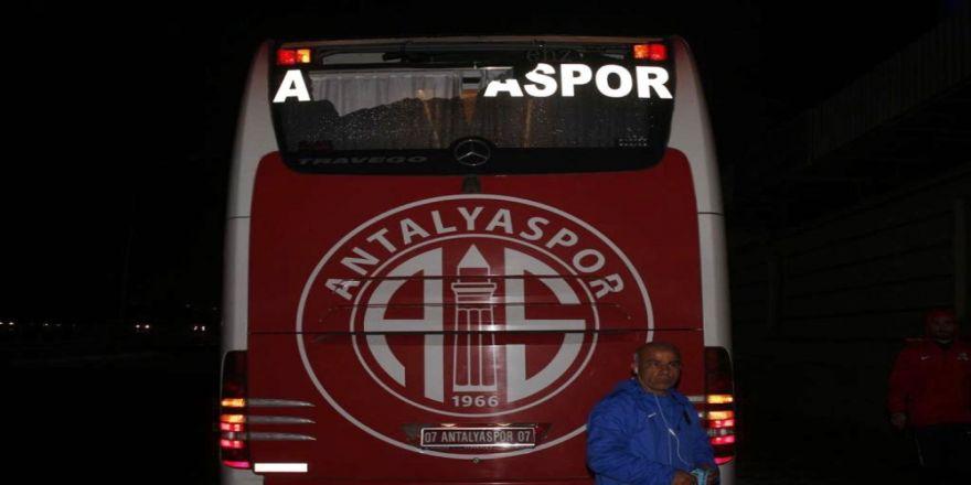 Oyuncuları taşıyan otobüs taşlı saldırıya uğradı