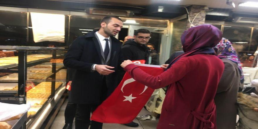 Ülkü Ocaklarından Esnafa Türk Bayrağı