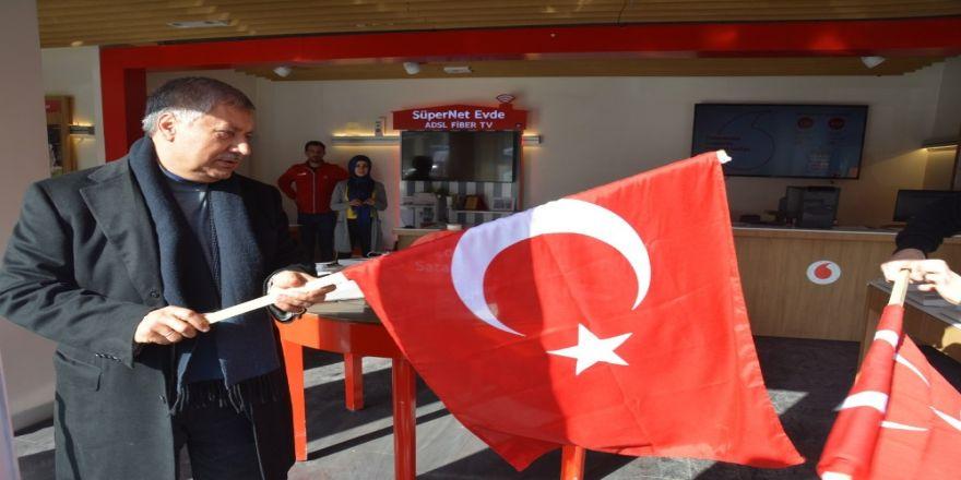 Başkan Pınarbaşı, esnafa bayrak dağıttı