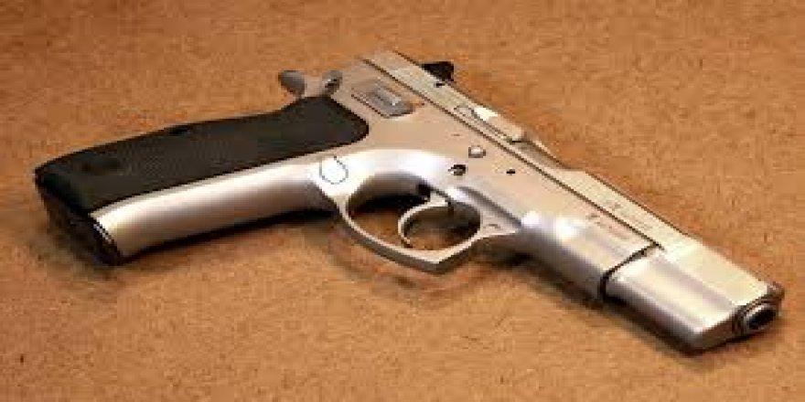 Dedesinin tabancasıyla oynayan çocuk kendisini vurdu