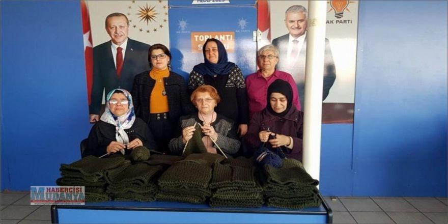 AK kadınlar Mehmetçiğe boyunluk ördü