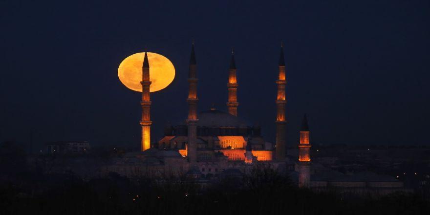 """Muhteşem Selimiye Camii, kadim güzelliğine """"Mavi Ay Tutulması"""" ile güzellik kattı"""