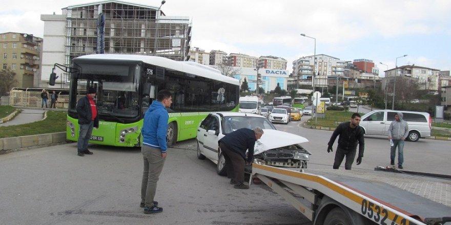 Halk otobüsüyle otomobil çarpıştı