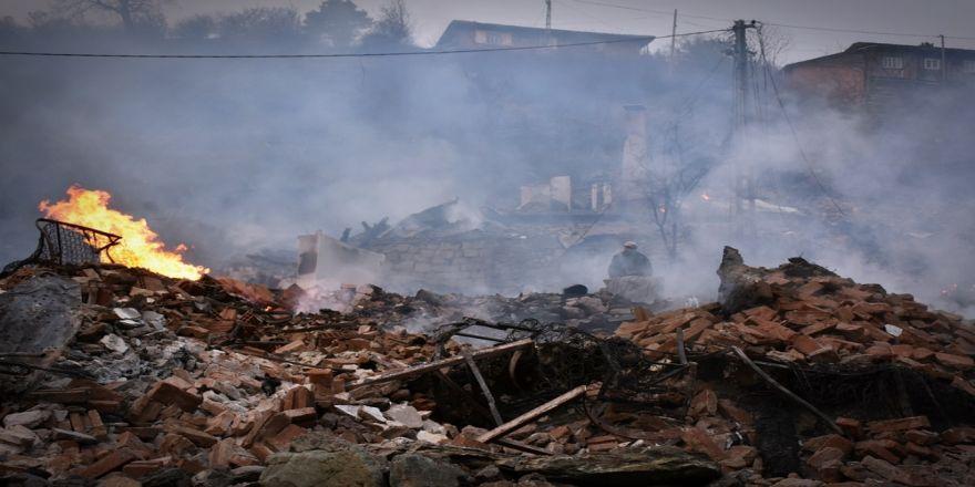 8 ev yandı! Yaşlı kadının cansız bedeni enkaz altında kaldı