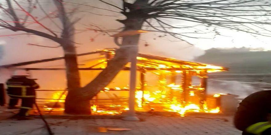 Güvenlik kulübesi alev alev yandı