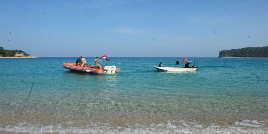 Amatör balıkçıların teknesi batma tehlikesi geçirdi