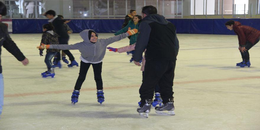 Çocuklar bu projeyle buz pateni öğreniyor