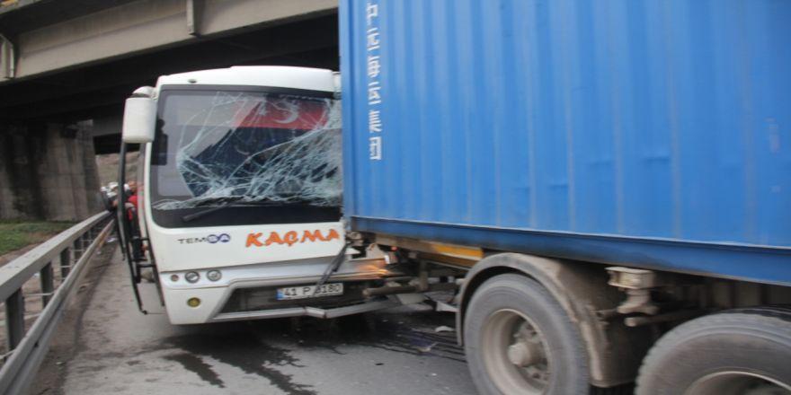 Arkadan çarpmanın etkisiyle araç içerisinde sıkıştılar: 7 yaralı