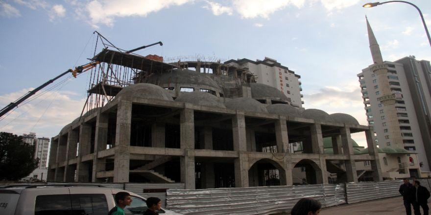 Cami inşaatında iskele çöktü: 3 yaralı