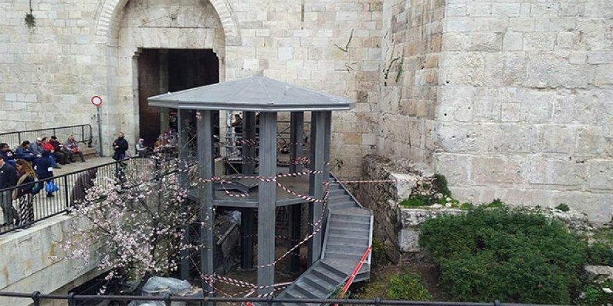 Mescid-i Aksa'nın girişine gözetleme kulesi yerleştirildi