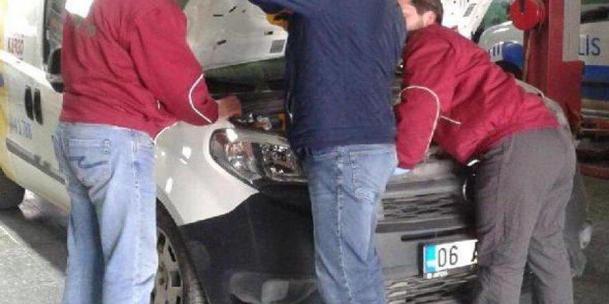 Aracın motor kısmına sıkışan kedi kurtarıldı