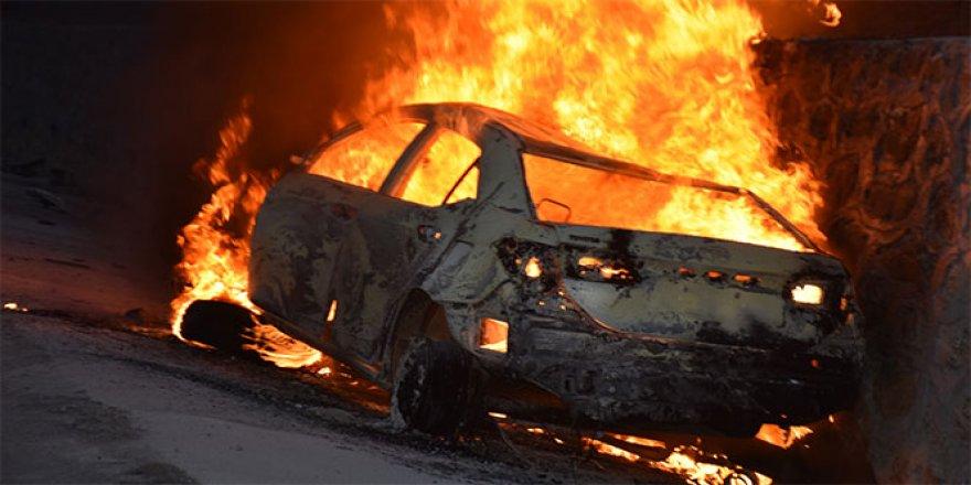Alev topuna dönen otomobildeki 3 kişi yanarak can verdi