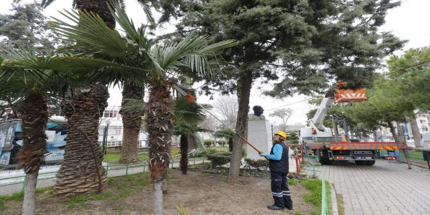 Konak'ta parklara kış estetiği