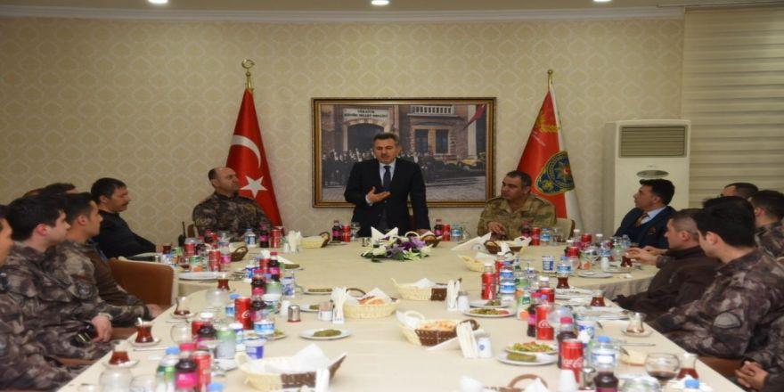 Vali Elban Afrin'e gönderilecek askerlerle yemekte buluştu