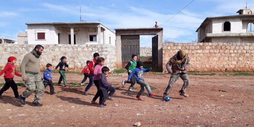 ÖSO askerleri çocuklarla top oynadı