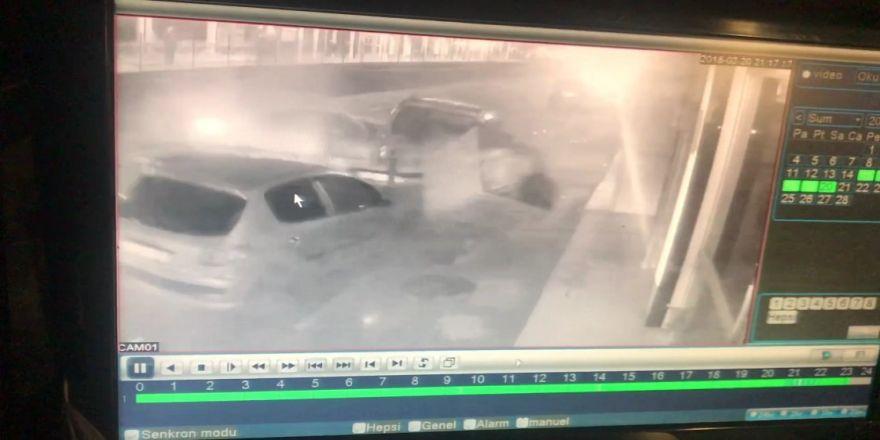 Kontrolden çıkan otomobil caddede yürüyen yayaya ve 3 araca çarptı, o anlar güvenlik kamerasına yansıdı