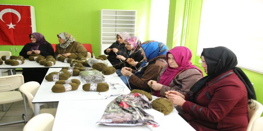 Zeytin Dalı Harekatı'nda görev yapan askerlere bin atkı