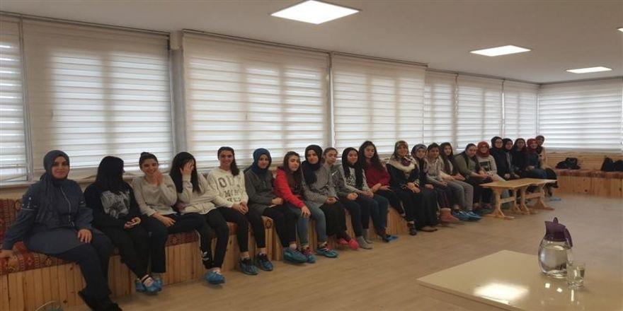 """Vaiz Emine Sağlam'dan öğrencilere """"Kur'ân'ı Anlamak"""" üzerine sohbet"""
