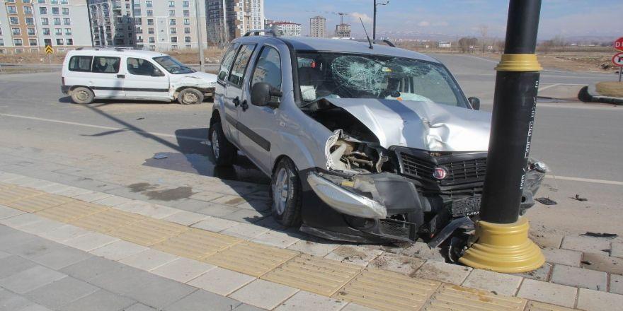 İki hafif ticari araç çarpıştı: 6 yaralı