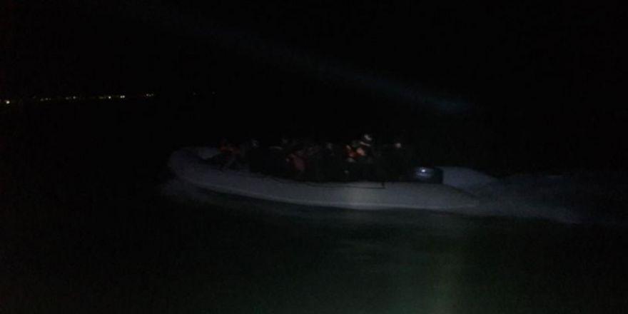 Yatları arızalanan 3 kişiyi sahil güvenlik kurtardı