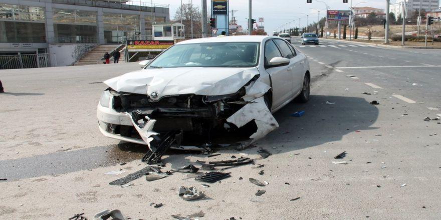 İki araç çarpıştı : 4 yaralı