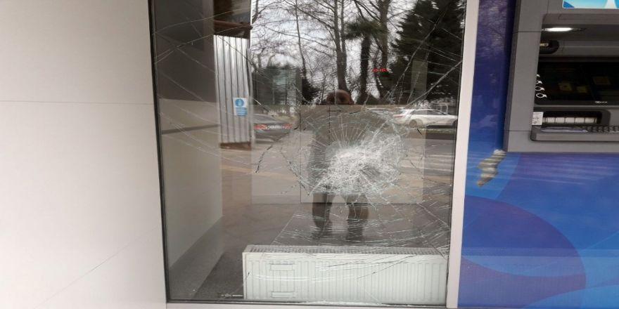 Borçlarının yapılandırılmamasına kızdı, bankanın camlarını kırdı