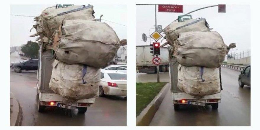 Kocaeli'de aşırı yüklü kamyonet trafikte tehlike saçtı