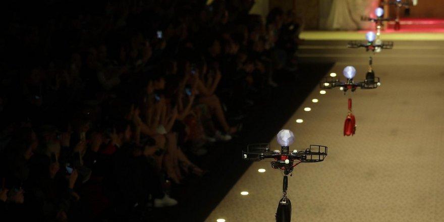 Defilede çantalar 'drone'la tanıtıldı