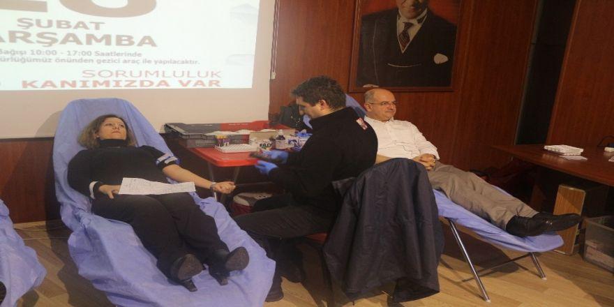 Eğitimciler ve velilerden Kızılay'a kan bağışı