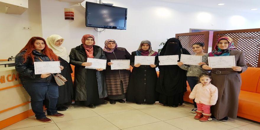 Kadınlar, Arapça kursunu bitirip sertifika aldı