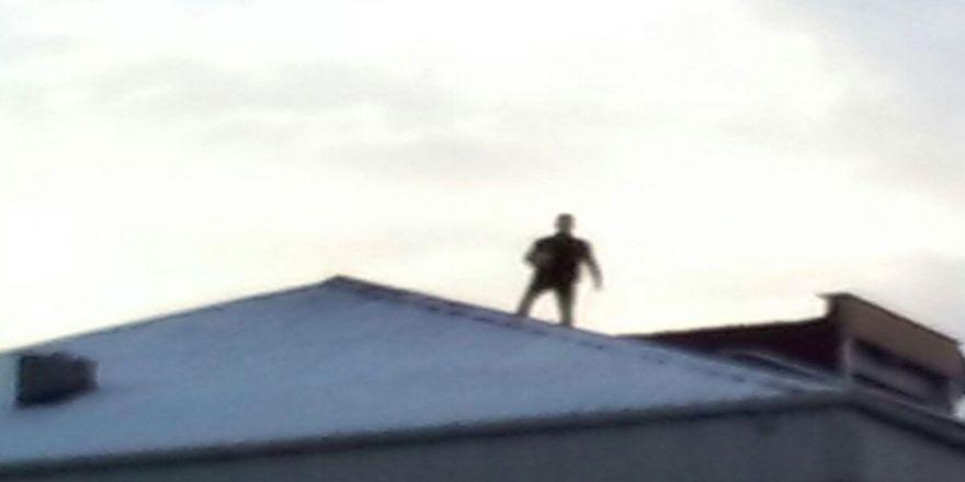 Çatıya çıktı. yoldan geçen araçlara kiremit attı