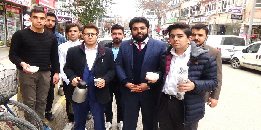 Gençlerden esnafa 'Kardeşlik' çayı
