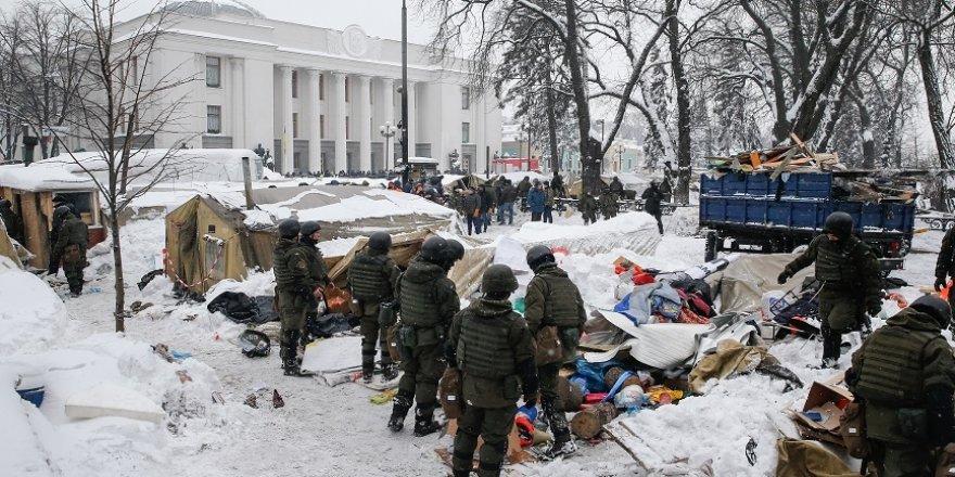 Parlamento binası önünde çatışma