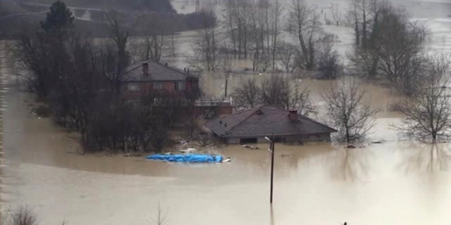 Aşırı yağış nedeniyle baraj taştı, evler sular altında kaldı