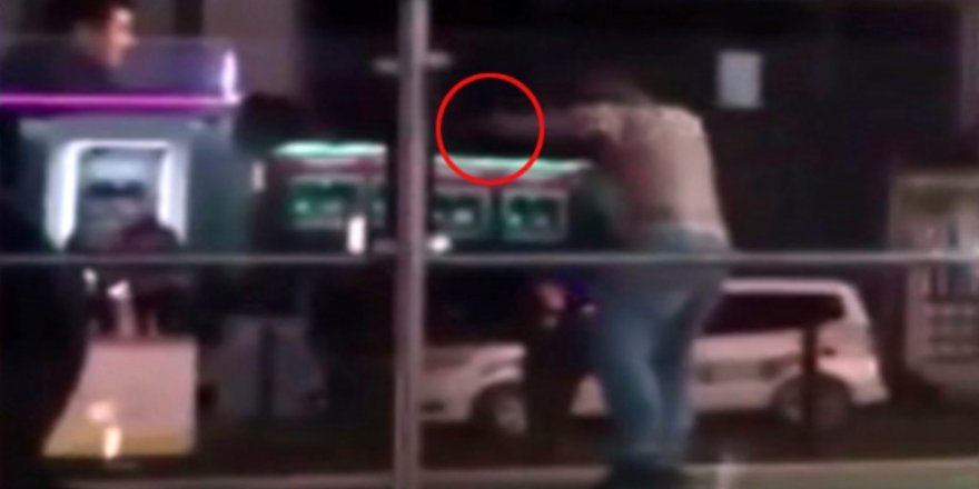 Tramvay istasyonunda dehşet: Yarı çıplak daldı,polise saldırdı!