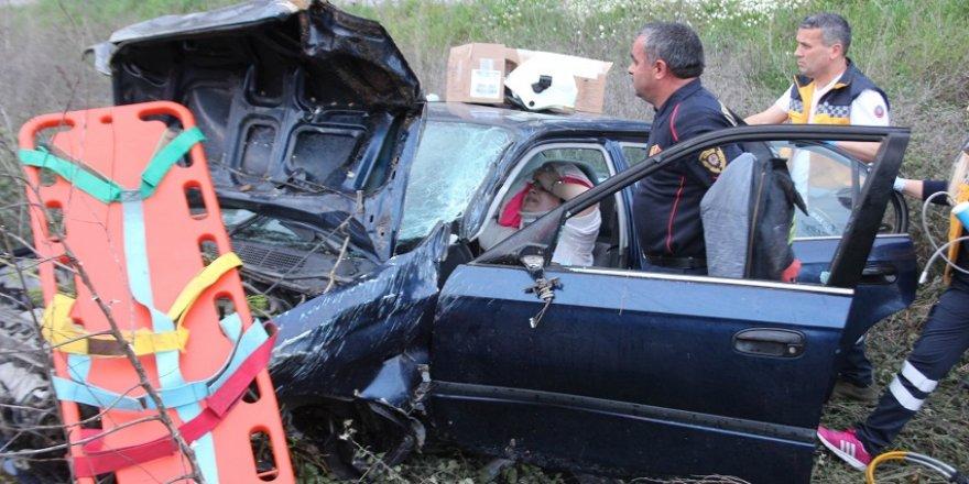 Araçta sıkışan hemşire uzun uğraşlar sonucu kurtarıldı