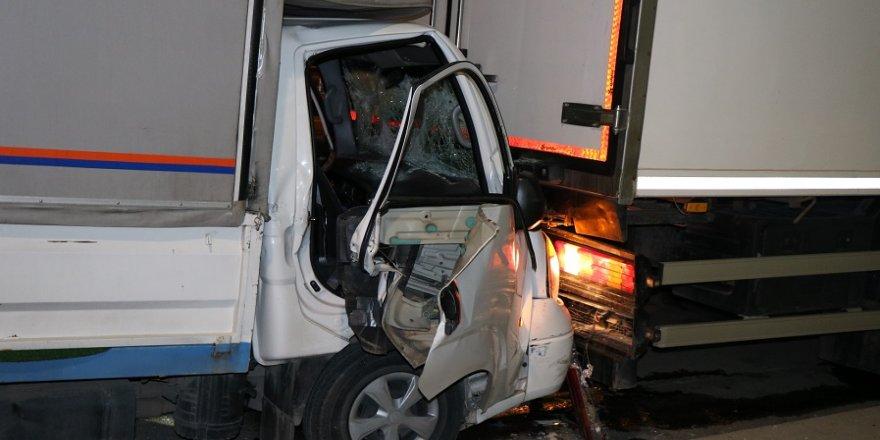 Tıra arkadan çarpan kamyonet şoförü araçta sıkıştı