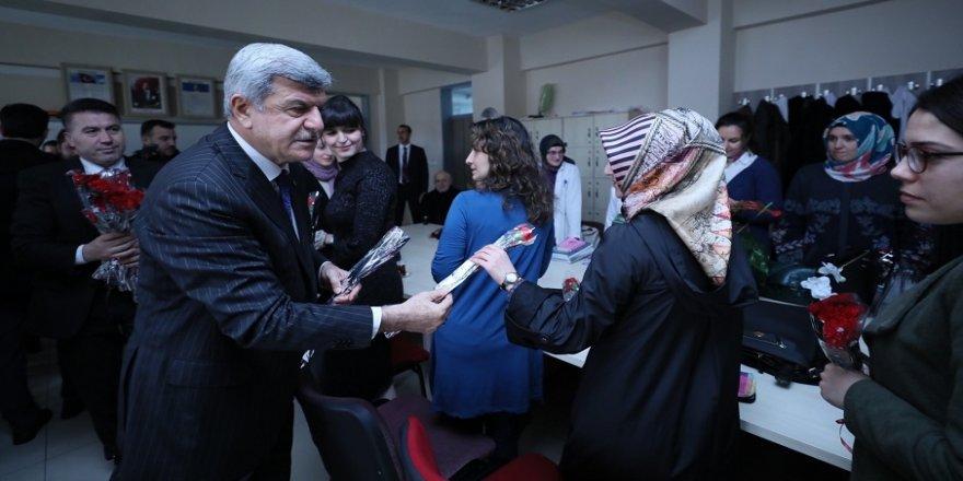 Karaosmanoğlu, vatandaşların 'Kadınlar Gününü' kutladı